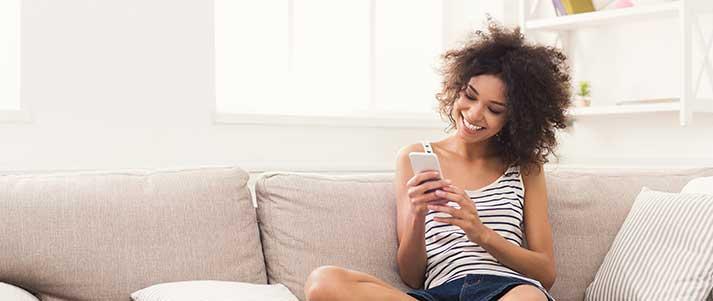 femme téléphone, sur, sofa