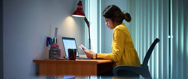 femme, étudier, ordinateur portable