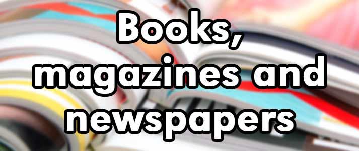 livres magazines et journaux écrits sur une pile de magazines