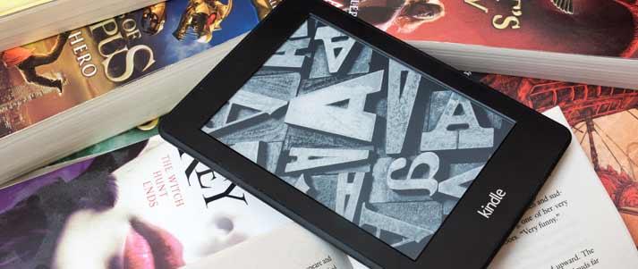 Amazon Kindle sur une pile de livres