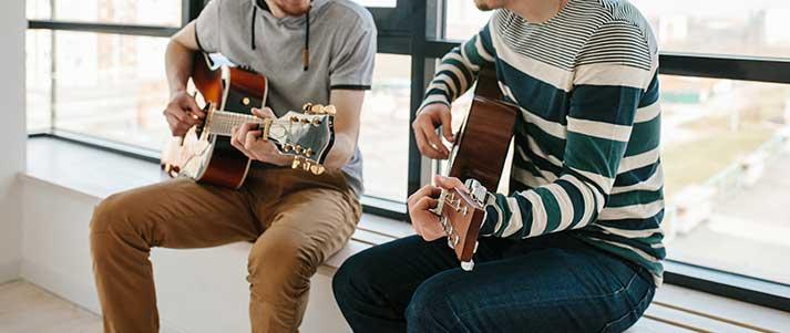 Les hommes apprennent la guitare