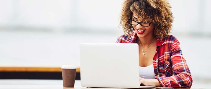 femme sur ordinateur portable
