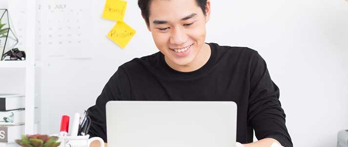 Homme sur un ordinateur portable