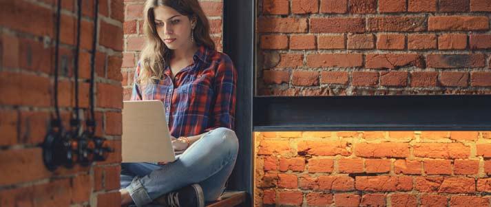 femme assise à l'aide d'un ordinateur portable