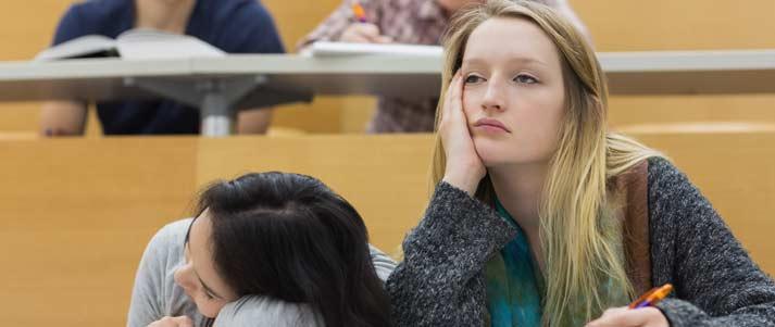 femme ennuyée dans une salle de conférence