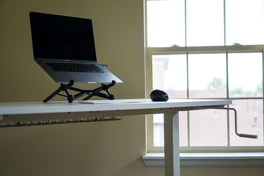 Bureau debout IKEA avec souris, clavier et MacBook sur support d'ordinateur portable