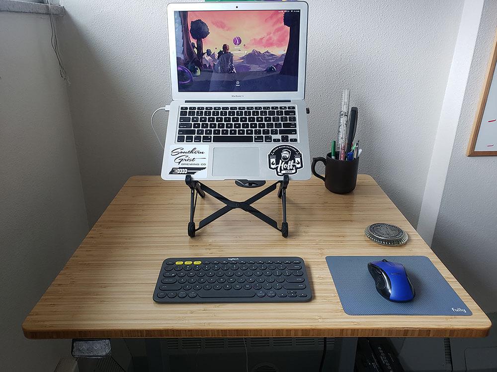 Bureau debout carré Jarvis avec clavier, souris et ordinateur portable sur support