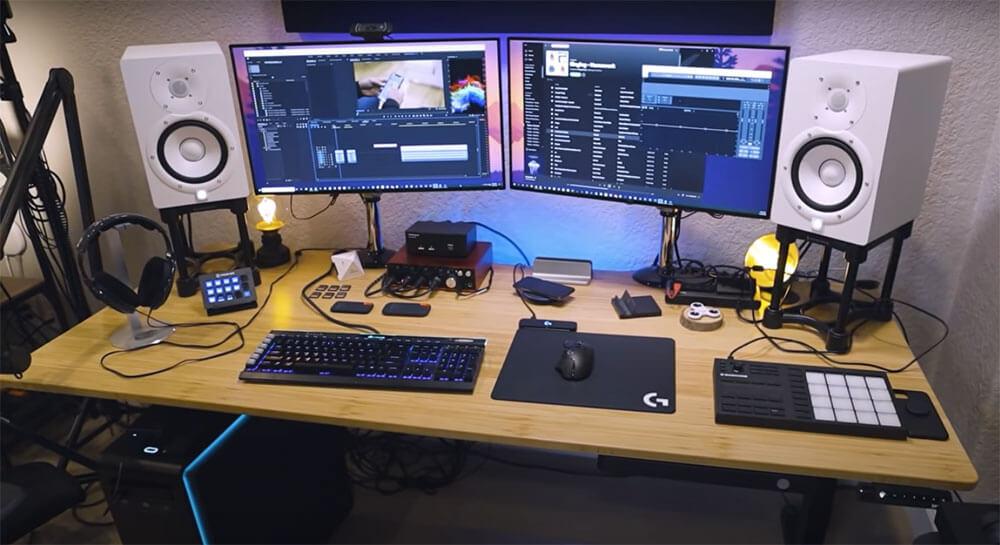 Bureau debout Jarvis plus large avec deux moniteurs, haut-parleurs, clavier et souris