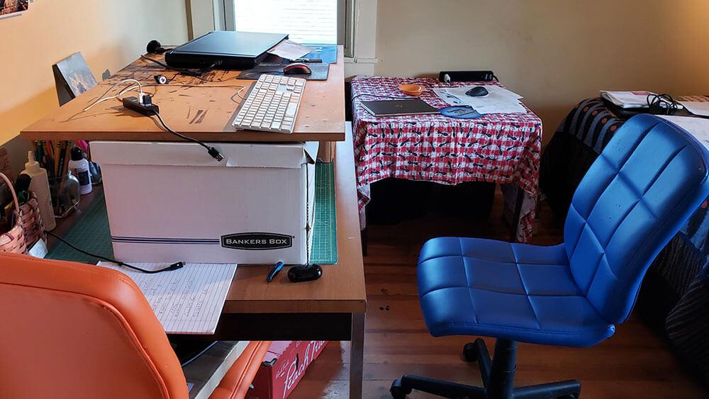 Bureau debout bricolage à l'aide de boîtes de banquiers et d'un morceau de bois