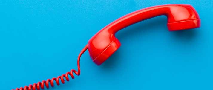 téléphone rouge sur fond bleu