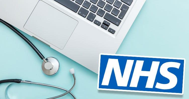 Ordinateur portable, stéthoscope et logo NHS