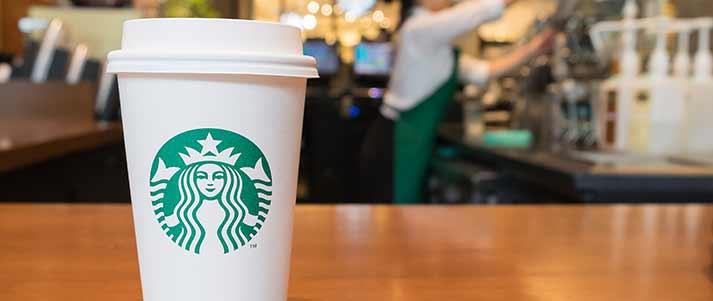 Tasse à café Starbucks sur le comptoir