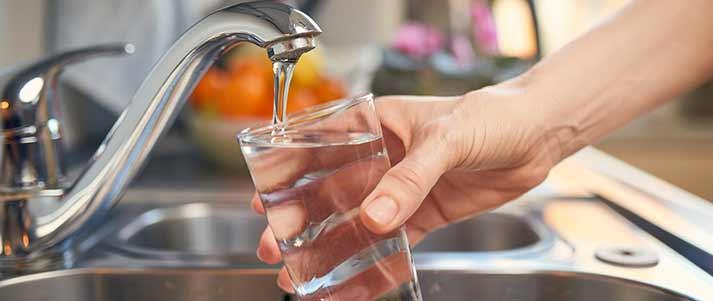 remplir un verre d'eau