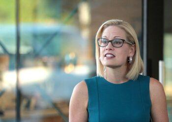 """Un chroniqueur de l'Arizona déchire l'obstruction de Kyrsten Sinema à l'agenda démocrate: """"Elle pourrait aussi bien rejoindre"""" le GOP"""